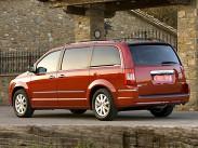 """Chrysler Grand Voyager. Семейный автомобиль по-американски на нашем рынке, как и Alhambra, предлагается с единственным, и очень мощным мотором - V6 3,6 мощностью 283 л.с., и единственной трансмиссией - шестиступенчатым """"автоматом"""". Комплектация тоже одна – """"топовая"""" Limited за впечатляющие 2 177 000 рублей"""