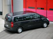 """Hyundai H-1. Одно из самых лакомых предложений по принципу """"максимум автомобиля за минимум денег"""". У Hyundai H-1 целых восемь мест, в длину он больше пяти метров, а клиренс составляет нелишние для города 190 миллиметров. При этом комплектация Base со 116-сильным дизелем обойдется покупателю в смешные 1 299 000 рублей. Есть и еще две: Comfort с 2,5-литровым бензиновым мотором мощностью 173 л.с. (1 315 000 рублей) и Dynamic – со 170-сильным дизелем. Стоит такая машина от 1 429 000 рублей."""